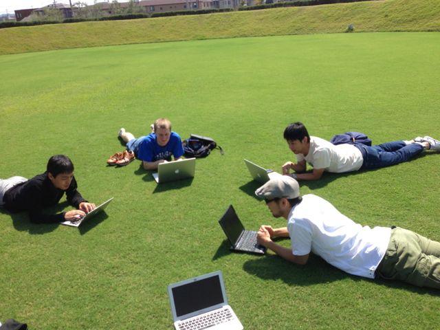 なんという贅沢な空間 !!  ふかふかの芝生の上でRubyのコード書くのはなかなか気持ちいいです !